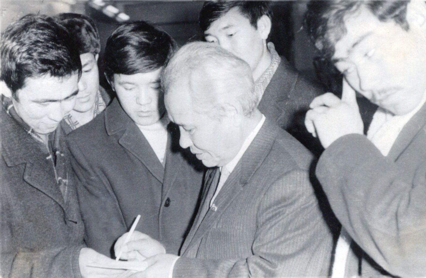 Ильяс Есенберлин с читателями 1978 год